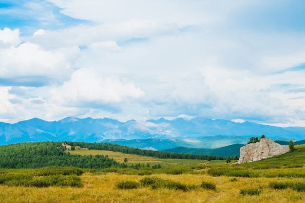 Vista espectacular del paisaje montañoso