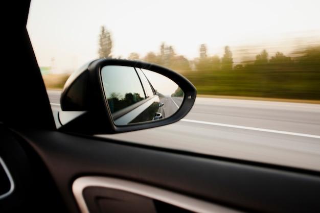 Vista del espejo retrovisor a alta velocidad