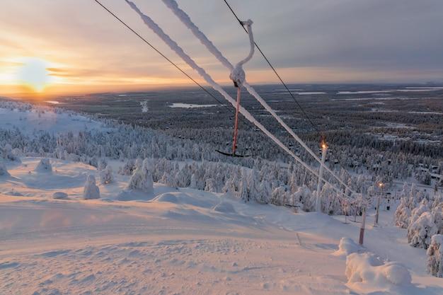 Vista de la estación de esquí ruka laponia finlandesa, frío día de invierno.