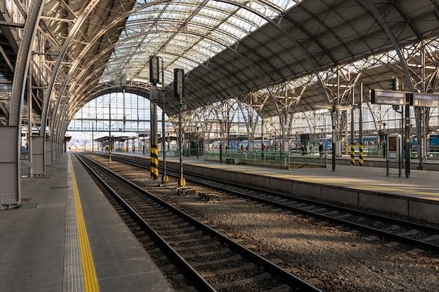Vista de la estación principal de trenes de praga, república checa.