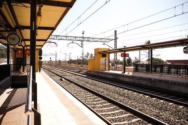 Vista de la estación de tren vacía con ferrocarril