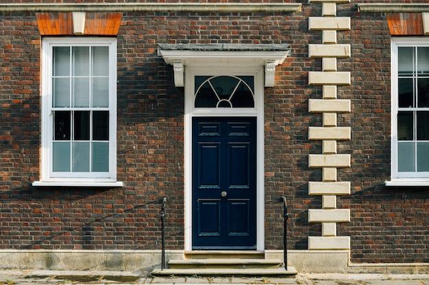 Vista exterior de una fachada de casa adosada británica.
