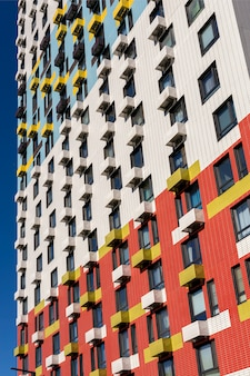 Vista de la fachada de un edificio residencial de varios pisos. elementos coloridos en el diseño del edificio.