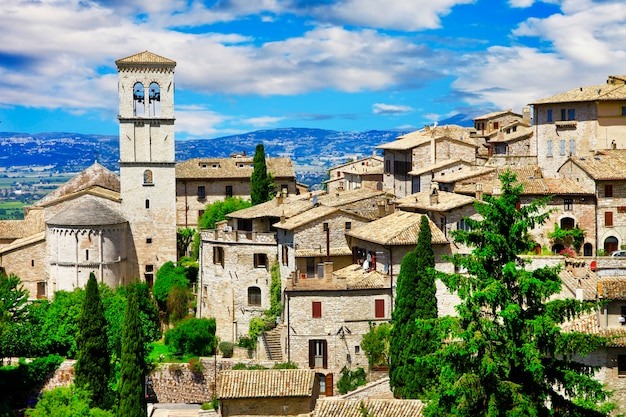 Vista de la famosa basílica de san francisco, asís, italia
