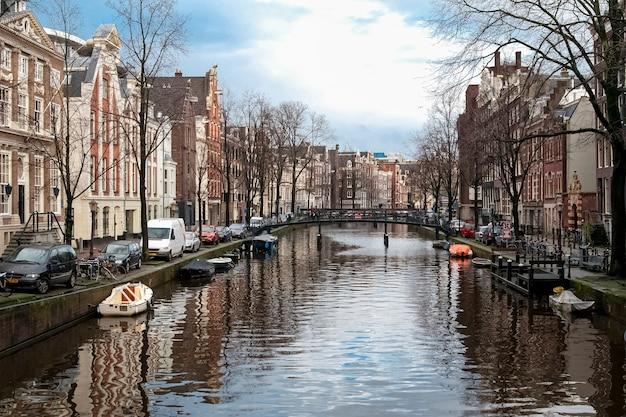 Vista famosa a los canales de amsterdam