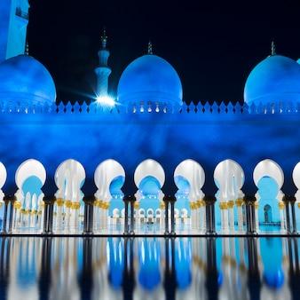 Vista de la famosa mezquita, abu dhabi, por la noche, emiratos árabes unidos.