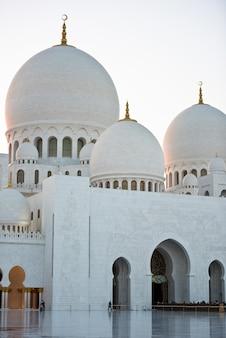 Vista de la famosa mezquita blanca sheikh zayed en abu dhabi, emiratos árabes unidos