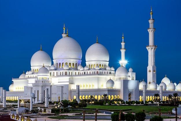 Vista de la famosa mezquita sheikh zayed de abu dhabi por la noche, emiratos árabes unidos.