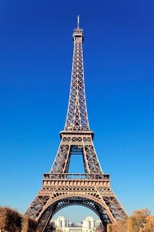 Vista de la famosa torre eiffel en parís