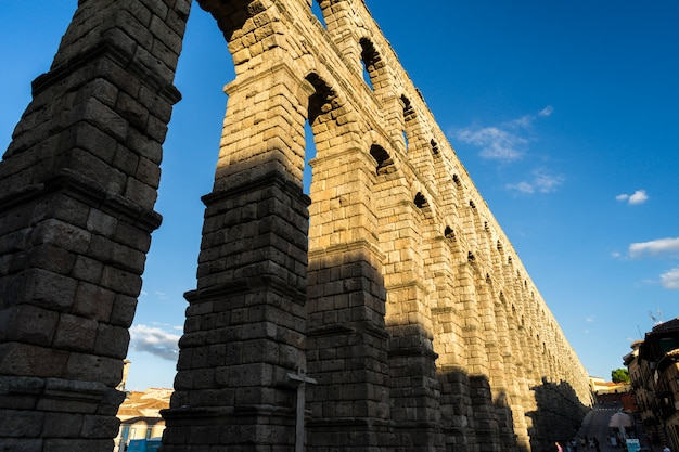 Vista del famoso acueducto de segovia con hermosa sombra.