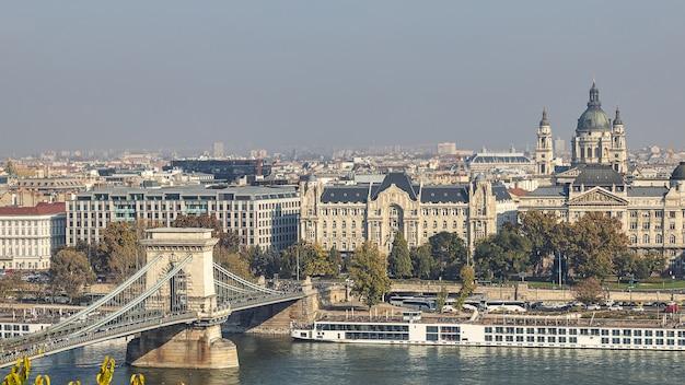 Vista del famoso puente de las cadenas y la basílica de san esteban desde el palacio real de budapest, hungría