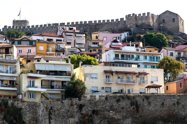 Vista de la fortaleza de kavala en una colina, grecia