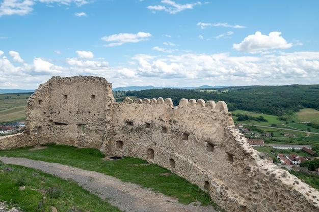 Vista de la fortaleza de rupea en transilvania, rumania