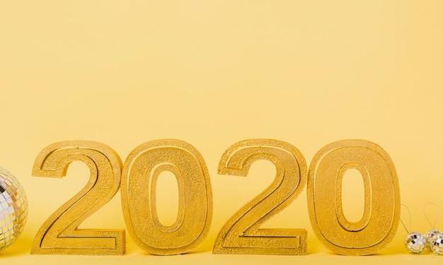 Vista frontal 2020 año nuevo con bolas de navidad plateadas