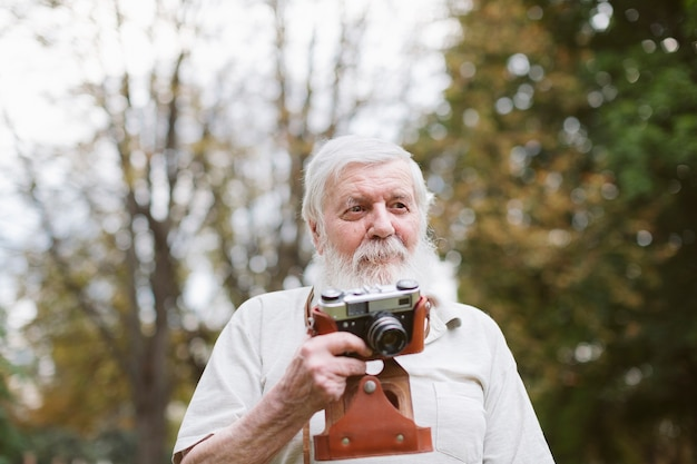Vista frontal abuelo con cámara exterior