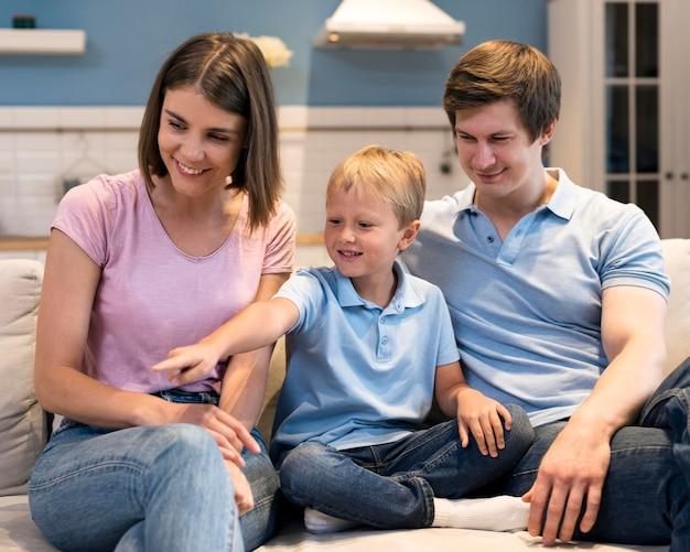 Vista frontal adorable familia juntos