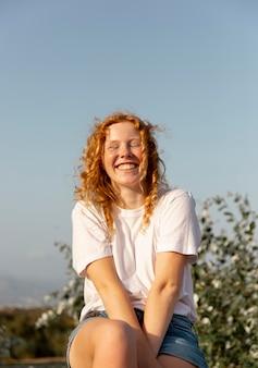 Vista frontal, adorable, niña joven, sonriente