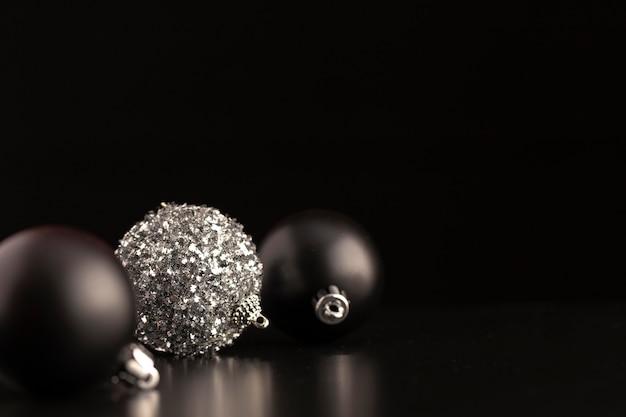 Vista frontal de adornos navideños oscuros con espacio de copia