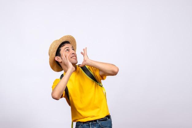 Vista frontal agitado joven con sombrero de paja y camiseta amarilla