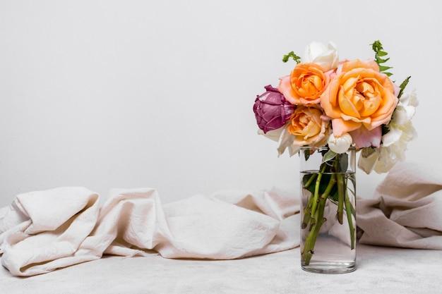 Vista frontal agradable arreglo de rosas