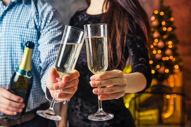 Vista frontal de la alegría de la copa de champán