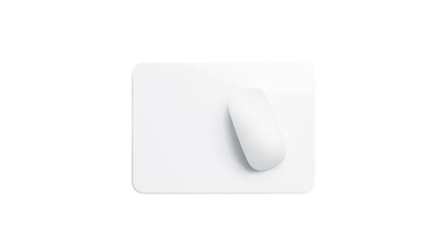 Vista frontal de la alfombrilla de ratón de la casilla blanca en blanco, aislada
