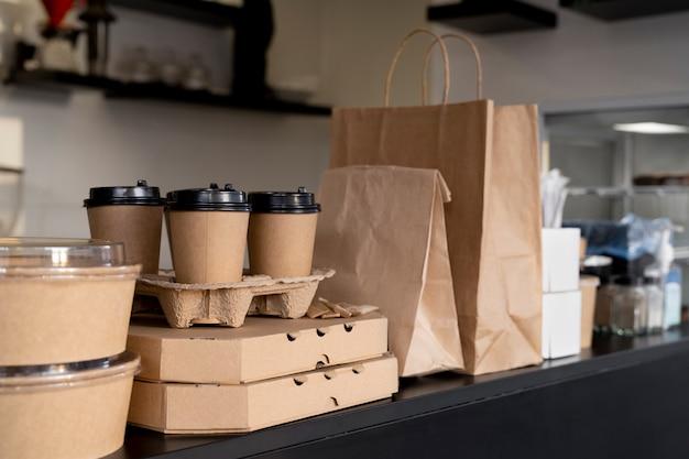 Vista frontal de alimentos envasados preparados para llevar