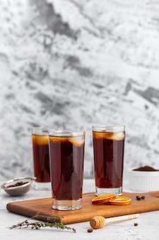 Vista frontal altos vasos de café helado