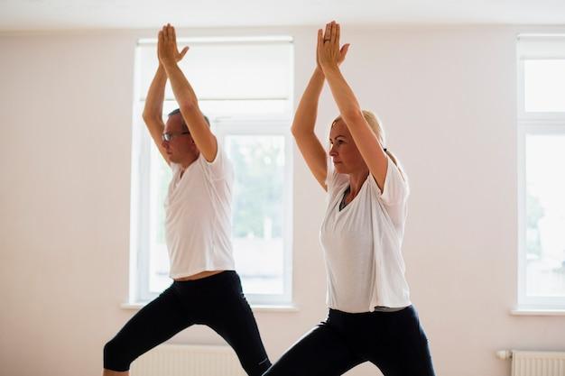 Vista frontal amigos haciendo ejercicio juntos