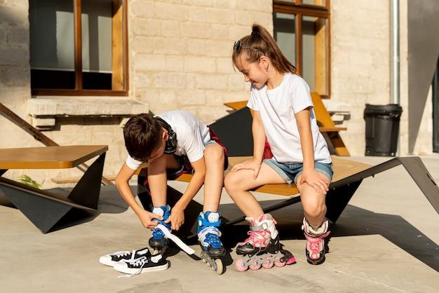 Vista frontal de amigos con patines en línea