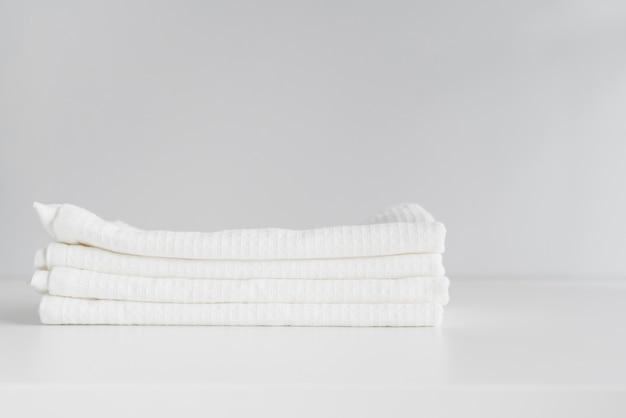 Vista frontal apiladas toallas blancas