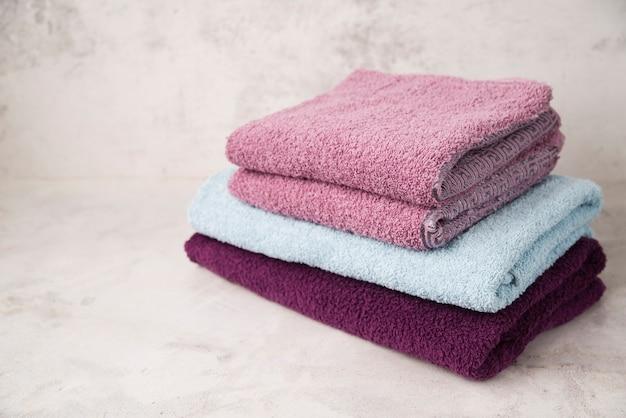 Vista frontal apiladas toallas de colores