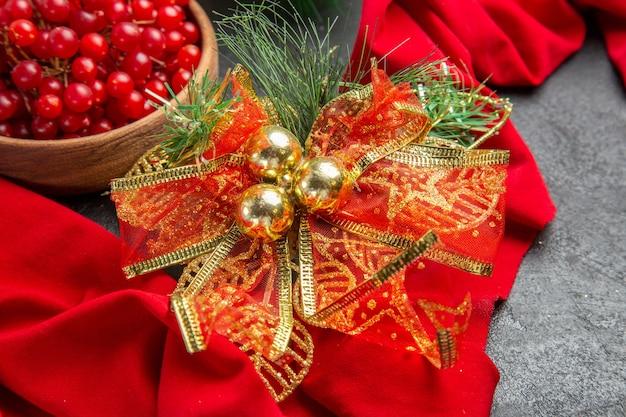 Vista frontal de arándanos rojos frescos sobre fondo oscuro color de vacaciones de navidad baya de color