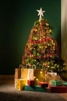 Vista frontal del árbol de navidad y regalos