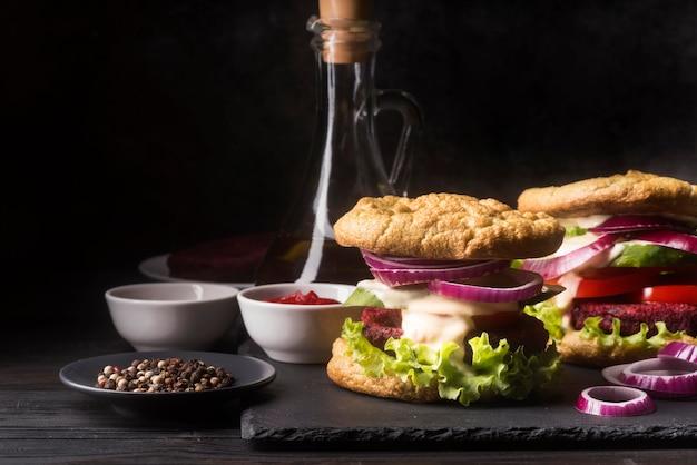 Vista frontal arreglo creativo con menú de hamburguesas