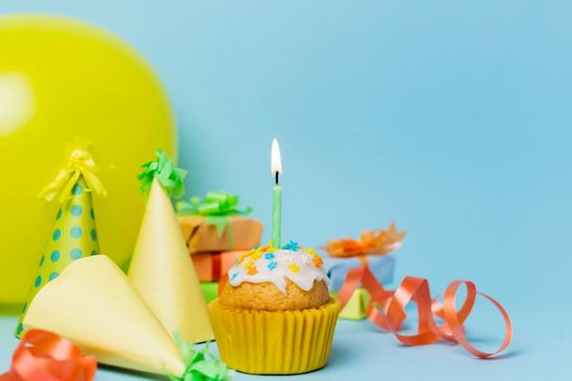 Vista frontal arreglo de cumpleaños festivo