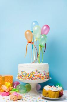 Vista frontal arreglo de cumpleaños con globos de colores