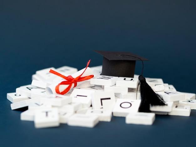 Vista frontal arreglo de graduación festiva