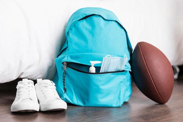 Vista frontal del arreglo de regreso a la escuela con mochila azul