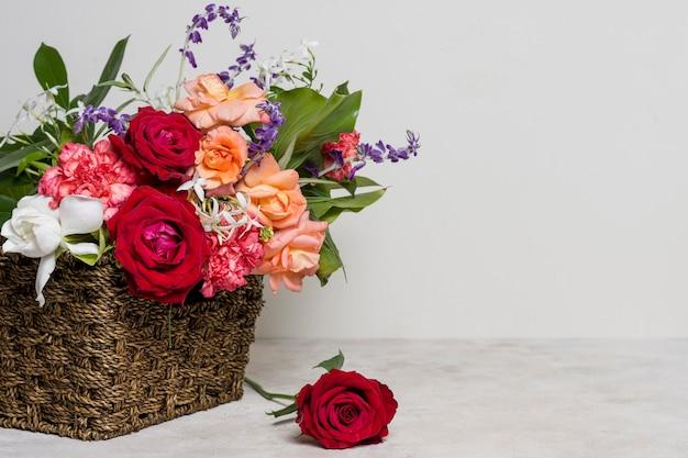 Vista frontal arreglo de rosas bonitas