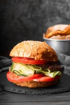 Vista frontal arreglo de sabrosa hamburguesa
