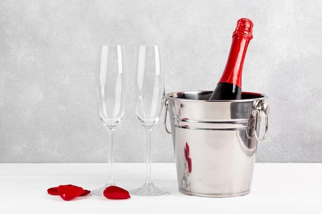 Vista frontal arreglo de san valentín con champagne y copas