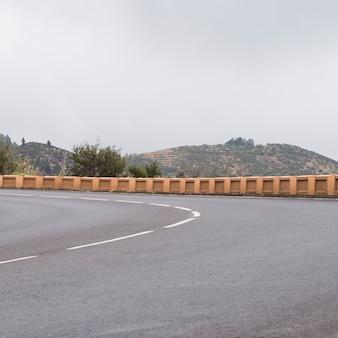 Vista frontal de un asfalto de carretera vacía