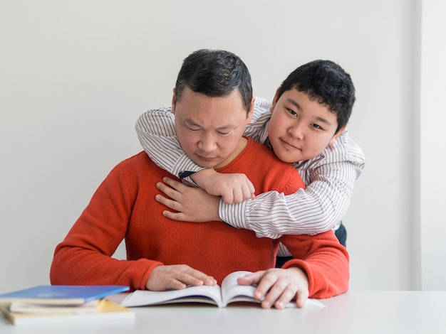 Vista frontal asiático padre e hijo