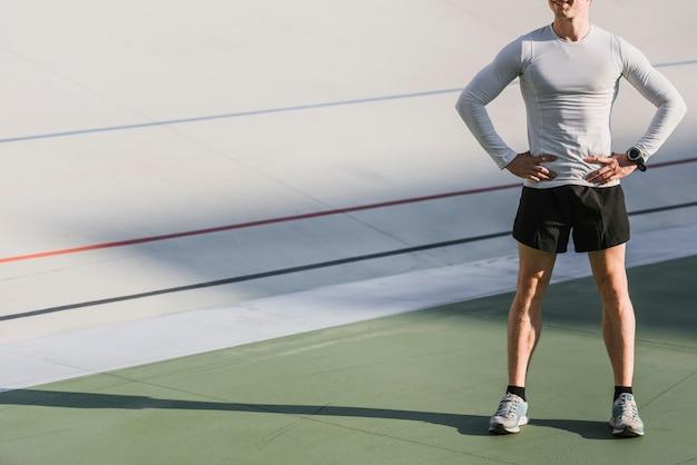 Vista frontal del atleta con copia espacio.