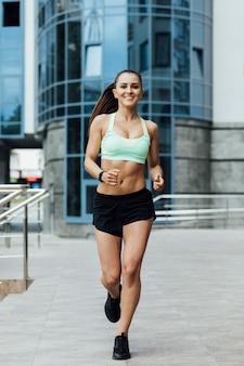 Vista frontal del atleta corriendo
