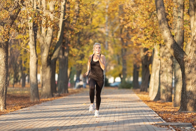 Vista frontal atlética mujer corriendo