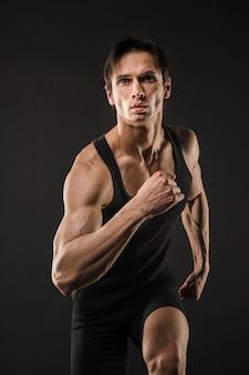 Vista frontal atlético hombre corriendo