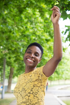Vista frontal de la atractiva mujer afroamericana mirando a la cámara