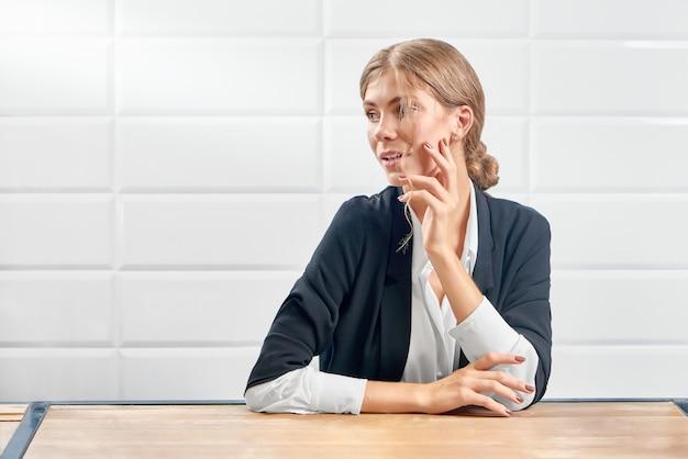 Vista frontal de la atractiva mujer mirando a un lado y posando con nueva manicura.